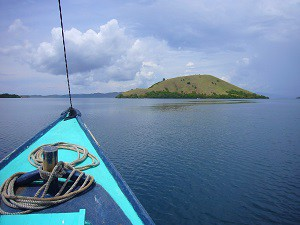 Met boot varend rond Komodo.