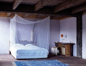 Klamboe boven bed