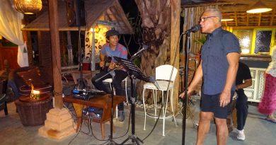 TV-kok Lonny al zingend in zijn restaurant D' Roemah