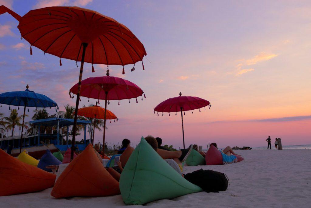 Parasols op het strand van Seminyak, Bali