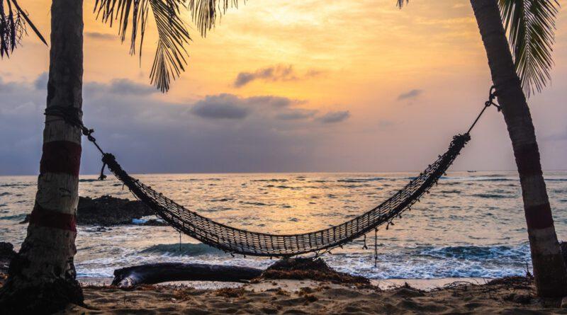 Hangmat tussen 2 palmbomen aan het strand van Bali
