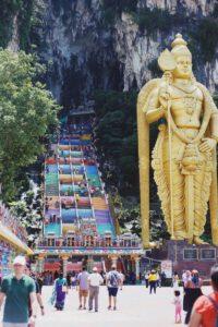 Batu caves met groot Hindu beeld